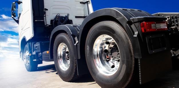 Lkw-transport, neuer halb lkw mit einem blauen himmel Premium Fotos