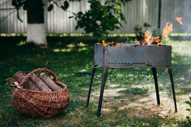 Lodernder grill im hof in der sommerzeit Premium Fotos