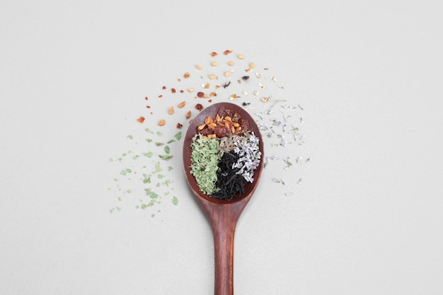 Löffel aroma mit gewürzen auf weiß Kostenlose Fotos