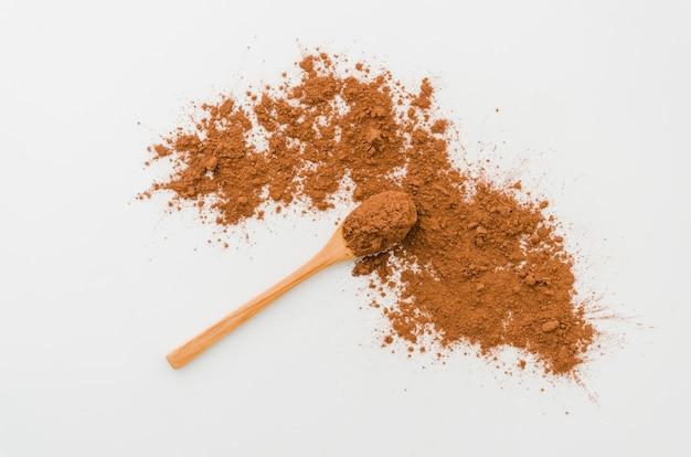 Löffel mit kakaopulver auf weißem hintergrund Kostenlose Fotos