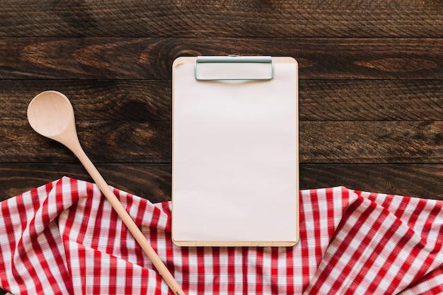 Löffel und klemmbrett nahe serviette Premium Fotos