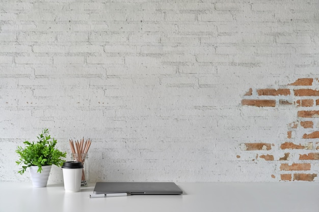 Loft-arbeitsplatz, textfreiraum, laptop und zubehör. Premium Fotos
