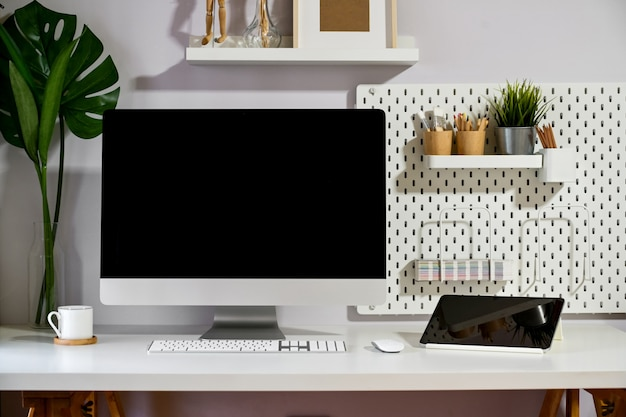 Loft workspace mockup desktop-computer und minimales gadget. Premium Fotos
