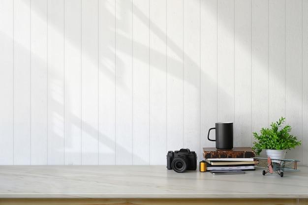 Loftarbeitsplatz mit zubehör und textfreiraum. Premium Fotos