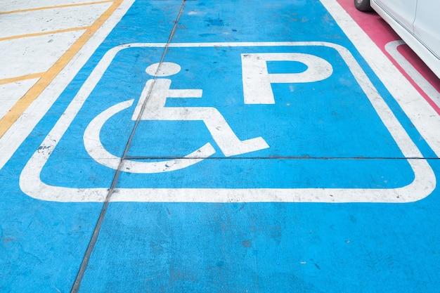 Logos für behinderte auf dem parkplatz. behindertenparkplatz zeichen Premium Fotos