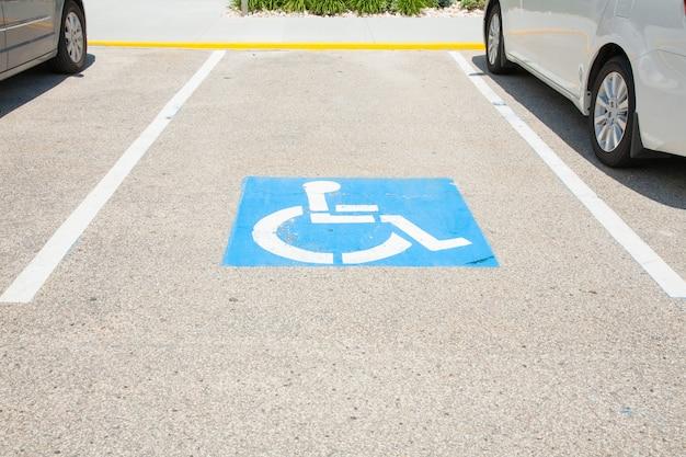 Logos für behinderte auf dem parkplatz. handicap parkplatz zeichen in boston stadt. Premium Fotos