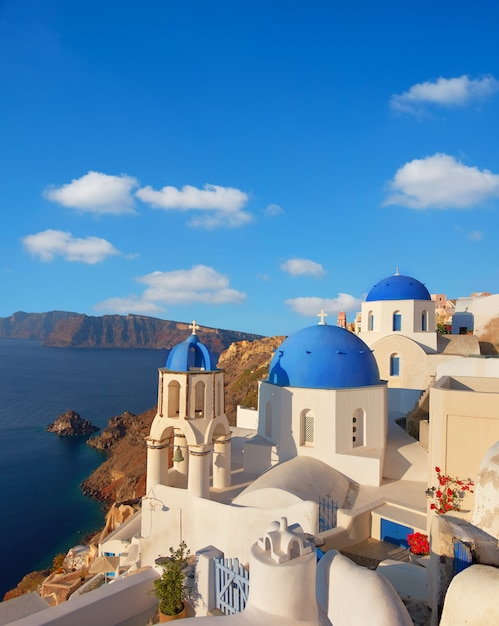 Lokale kirche mit blauer kuppel in oia-dorf, santorini-insel, griechenland Premium Fotos