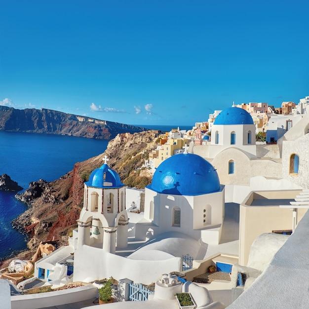 Lokale kirche mit blauer kuppel in oia, santorini, griechenland Premium Fotos