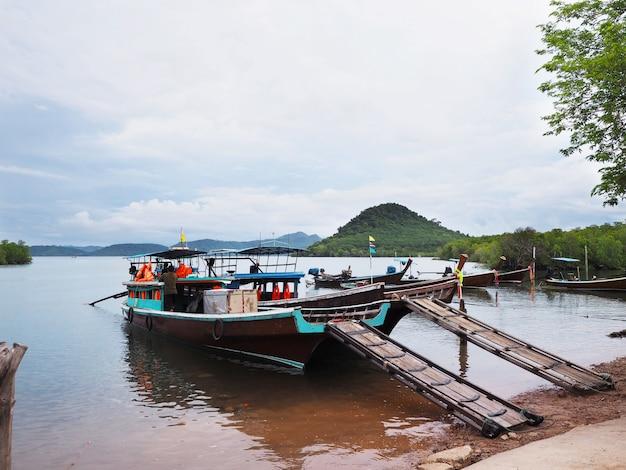 Lokales schiff, das auf seewartepassagier schwimmt Premium Fotos