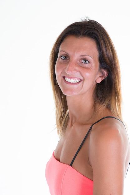 Lokalisierte porträtschönheitsfrau im rosa partykleid mit dem langen haar Premium Fotos