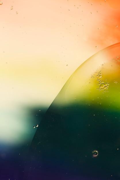Lokalisierte seifenölblasen auf einem wässrigen hintergrund Kostenlose Fotos