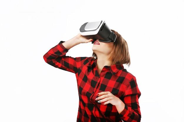 Lokalisiertes porträt einer frau mit dem roten haar unter verwendung eines kopfhörers der virtuellen realität. Premium Fotos