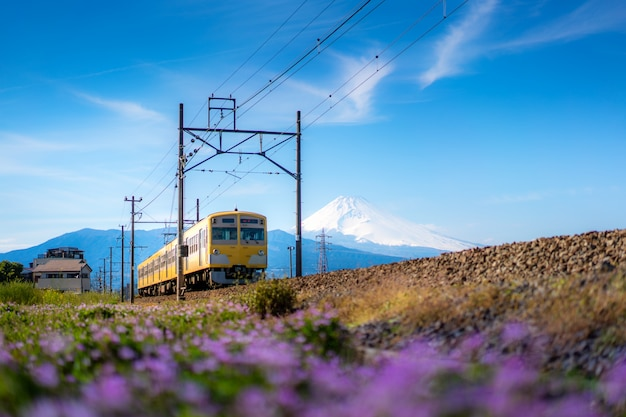 Lokalzug der jr izuhakone tetsudo-sunzu linie und des berges. fuji in mishima, shizuoka, japan Premium Fotos