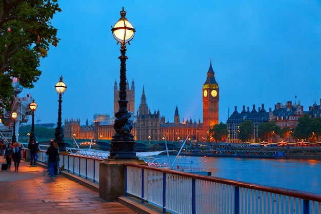 London-sonnenuntergangskyline bigben und themse Premium Fotos