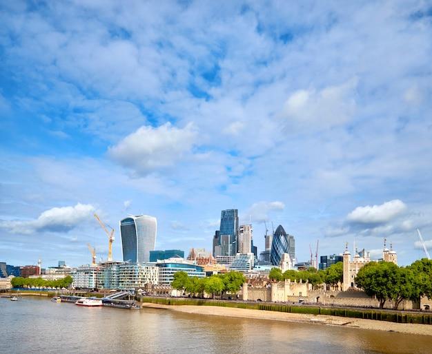 London, südufer der themse an einem hellen tag im frühjahr Premium Fotos