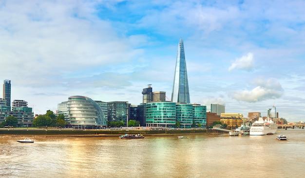 London, südufer der themse an einem hellen tag Premium Fotos