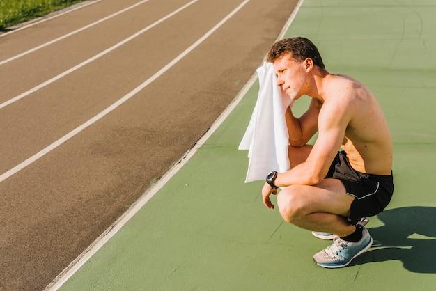 Long shot von bodybuilder schweiß abwischen Kostenlose Fotos