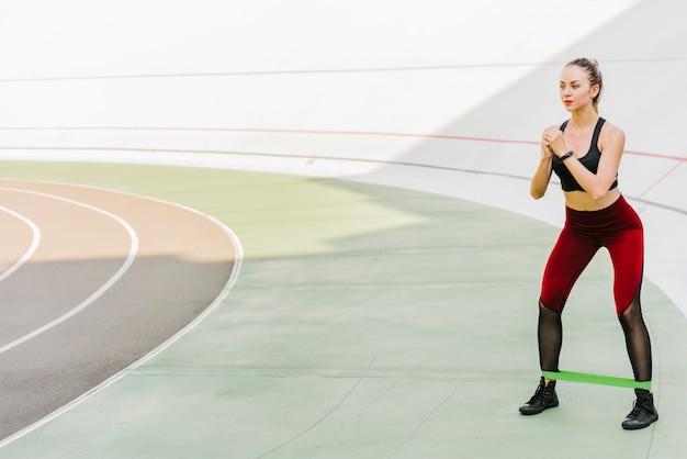 Long shot von frau macht übungen Kostenlose Fotos