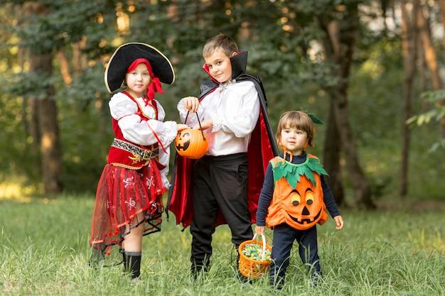 Long shot von kindern mit halloween-kostümen Kostenlose Fotos