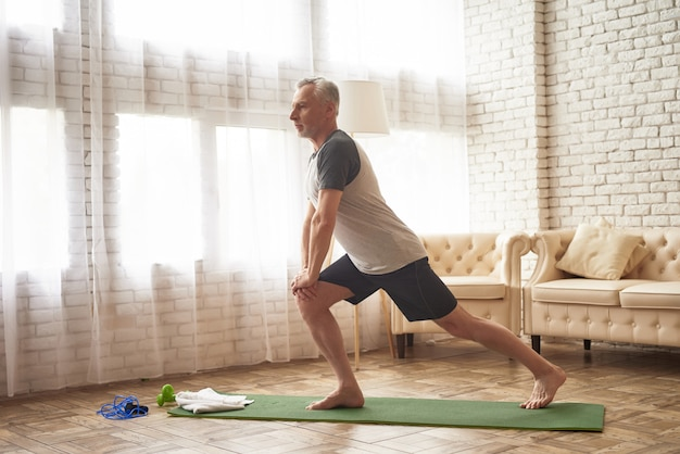 Longe-übungen auf mat leg muscles stretching. Premium Fotos