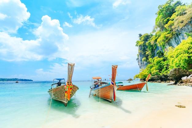 Longtale-boot auf dem weißen strand in phuket, thailand. phuket ist ein beliebtes ziel für seine Premium Fotos