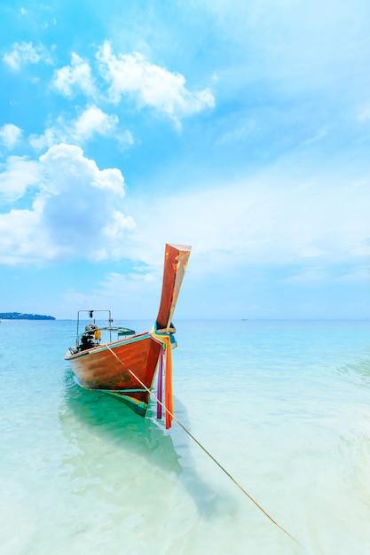 Longtale-boot auf dem weißen strand in phuket, thailand. Premium Fotos