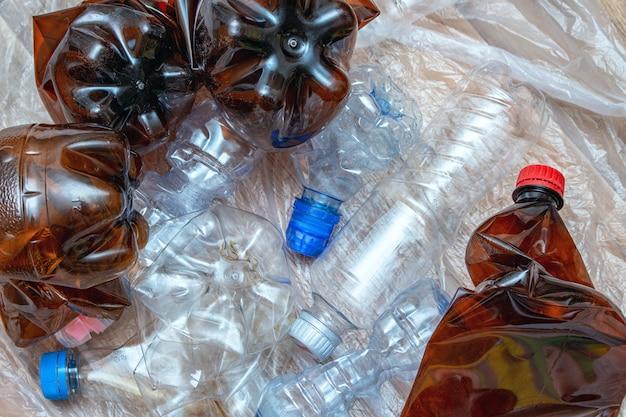 Los benutzter plastik, zerknitterte leere flaschen, pakete, verschmutzung bereiten eco konzept auf Premium Fotos