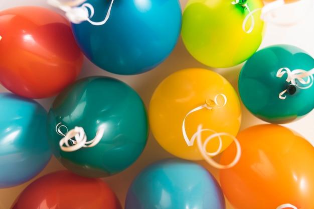 Lot bunte ballone mit farbbändern Kostenlose Fotos
