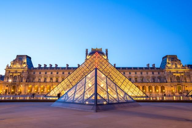 Louvre-museum paris Premium Fotos