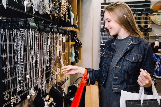 Lovely mädchen erforschen zubehör im shop Kostenlose Fotos