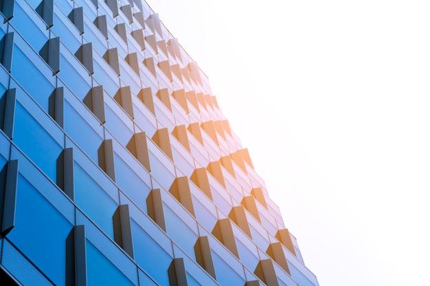Low angle building mit sonnenlicht Kostenlose Fotos