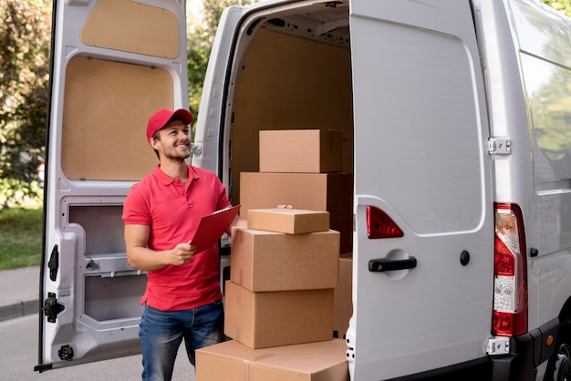 Low angle delivery man Premium Fotos
