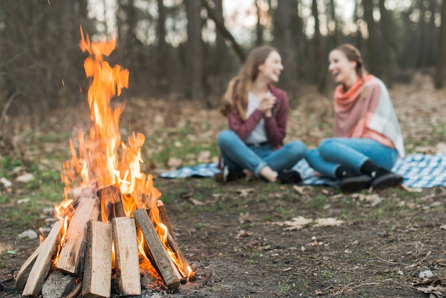 Low angle frau camping mit lagerfeuer Kostenlose Fotos