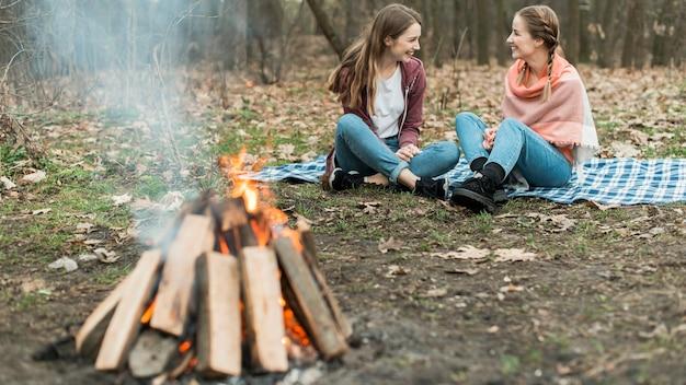 Low angle frau camping Kostenlose Fotos