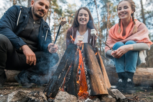 Low angle freunde essen marshmallow Kostenlose Fotos