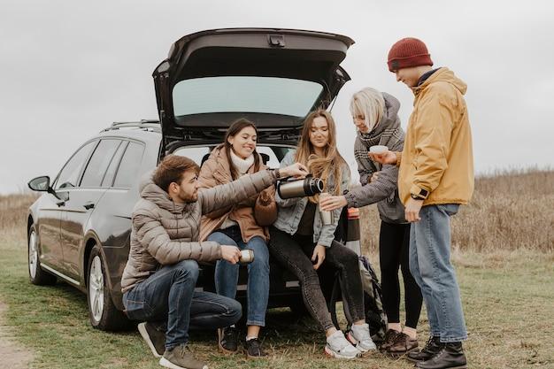 Low angle road trip mit einer gruppe von freunden Kostenlose Fotos