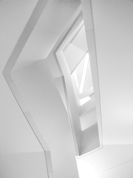 Low angle shot der modernen architektur des schönen weißen innenraums Kostenlose Fotos