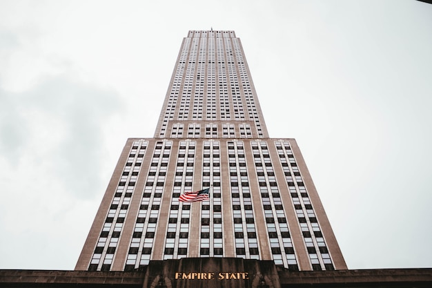 Low angle shot des empire state building in new york, usa Kostenlose Fotos