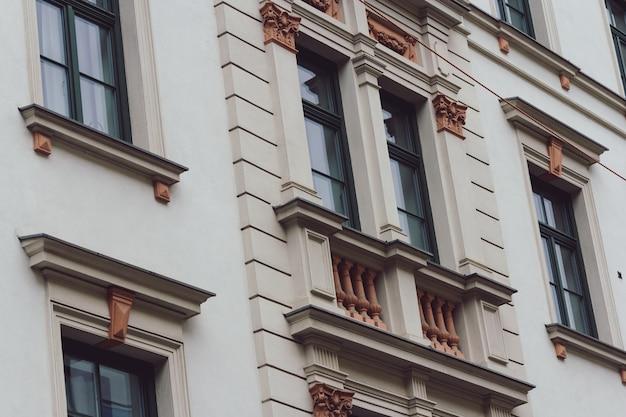 Low angle shot eines gebäudes in münchen tagsüber Kostenlose Fotos