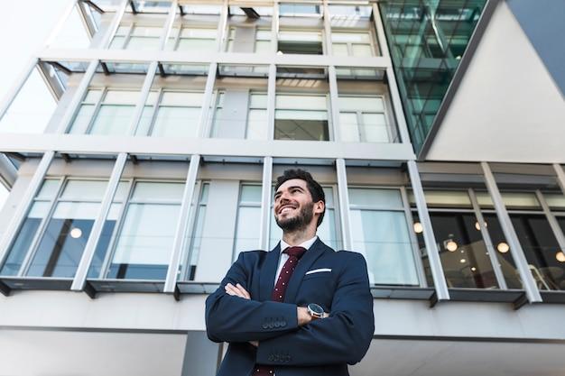 Low angle smiley anwalt mit verschränkten armen Kostenlose Fotos