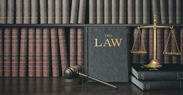 Low key filter law bücherregal mit hölzernen richterhammer und goldener skala Premium Fotos
