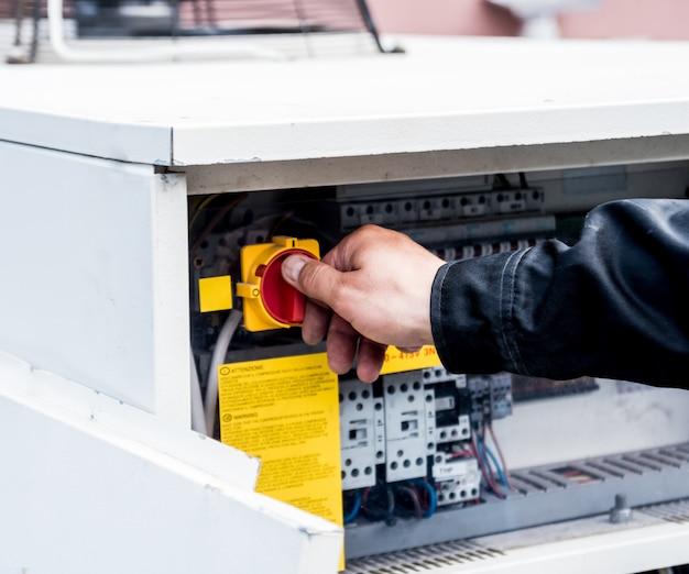 Lüftungsreinigung. spezialist bei der arbeit. reparaturlüftungssystem (hvac) Premium Fotos