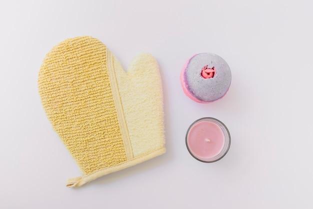 Luffa-handschuh; badebombe und kerze auf weißem hintergrund Kostenlose Fotos