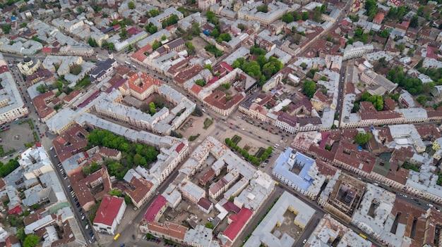 Luft sommeransicht des zentralen teils der schönen alten ukrainischen stadt tscherniwtsi mit seinen straßen, alten wohngebäuden, rathaus, kirchen usw. schöne stadt. Kostenlose Fotos