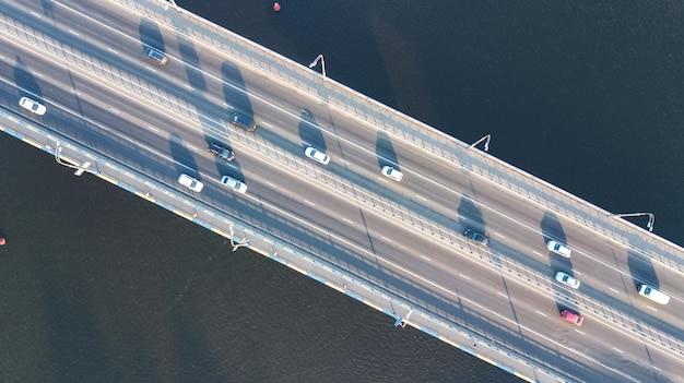 Luftansicht des brückenstraßenautomobilverkehrs vieler autos von oben, stadttransportkonzept Premium Fotos