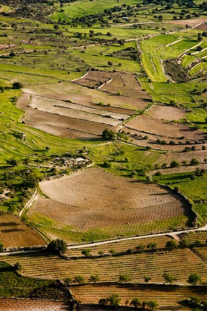 Luftaufnahme auf landwirtschaftlichen feldern Kostenlose Fotos
