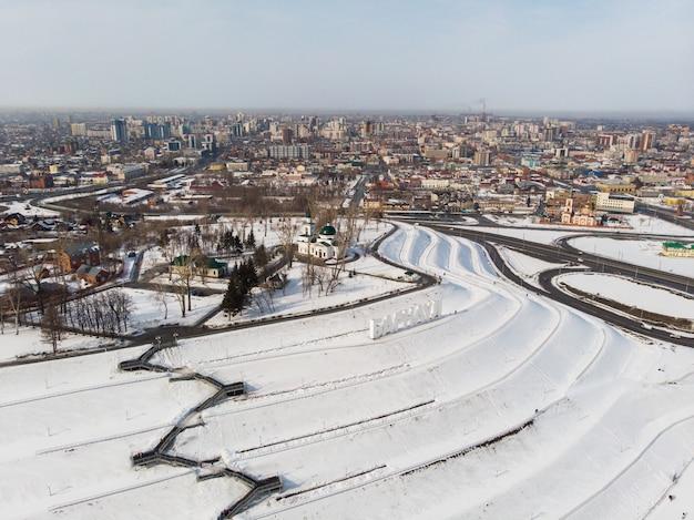 Luftaufnahme der brücke und autofahren auf der brücke Premium Fotos