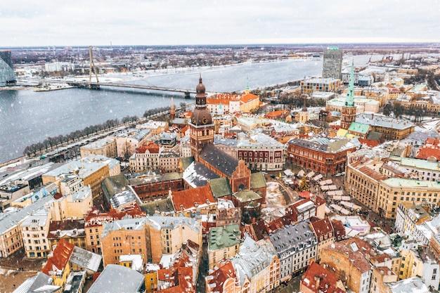 Luftaufnahme der dächer der altstadt in riga, lettland im winter Kostenlose Fotos