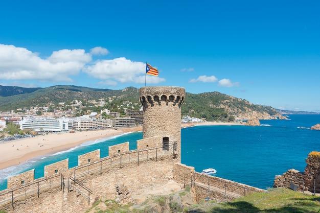 Luftaufnahme der festung vila vella und badia de tossa in tossa de mar, katalonien, spanien Premium Fotos