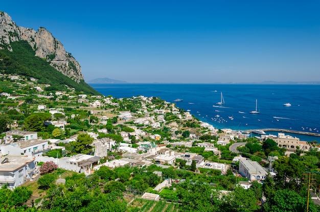Luftaufnahme der gebäude und des meerblicks von capri-insel in italien. Premium Fotos